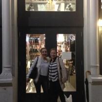 Mi amiga Cristina y yo acudimos al coctel que se ofreció en la tienda.