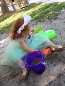 Cristina jugando con arena.