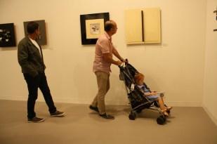 Cristina paseando por la feria con su tío Gabriel.