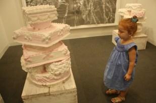Con esta escultura en forma de pastel se mostró muy sorprendida.