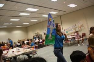 La joven maestra les mostró el árbol que iban a dibujar.