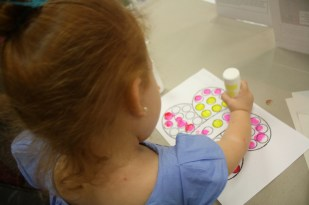 Cristina colocó pacientemente los puntos dentro de la mariposa.