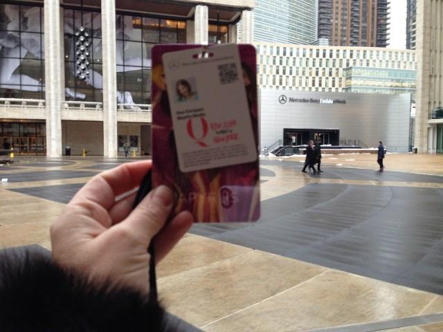 Aquí de regreso a Fashion Week  en Febrero del 2014 con mi acreditación en mano.