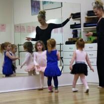 Las pequeñitas bailando ballet.
