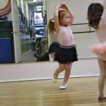 Imitando las poses de las bailarinas.