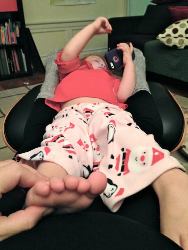 Así se acomoda Cristina en las noches para que le haga masaje de pies.