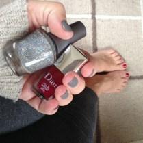 Para los pies utilicé mi propio esmalte de Dior en Rouge Massai 853, y para el toque de brillo, el Fame Game 50069. El gris mate lo elegí en el salón.