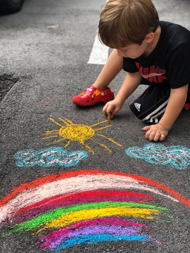 Realiza con tus hijos actividades con gises de colores
