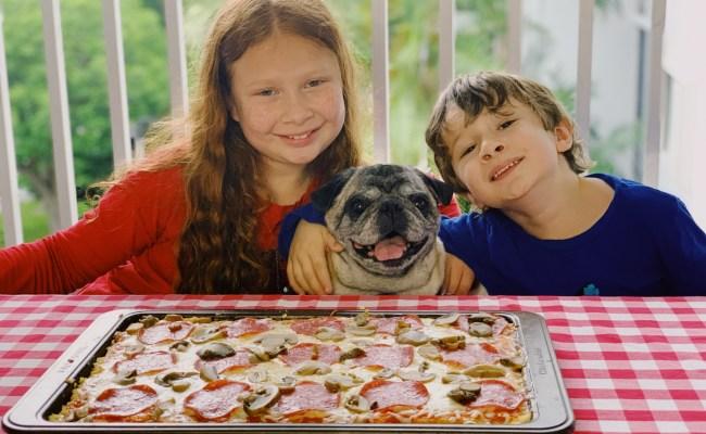Cristina y Guillermo con el perro pug Junior listos para comer pizza