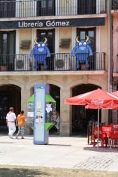 Los toros del famoso diseñador Mikel Urmeneta, de la firma Kukuxumusu llenan la ciudad en los Sanfermines.