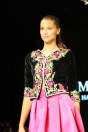 Mirage Couture presentó este hermoso diseño lleno de color y glamour.