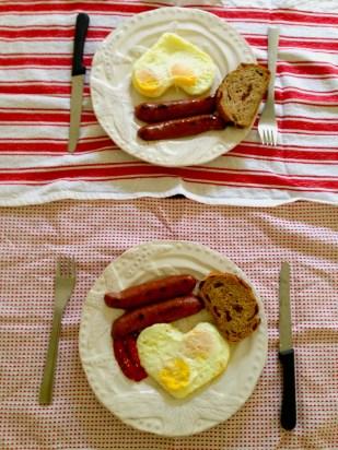 Desayuno para dos. Para decorar la mesa usé unas toallas de cocina en coloros blanco y rojo.