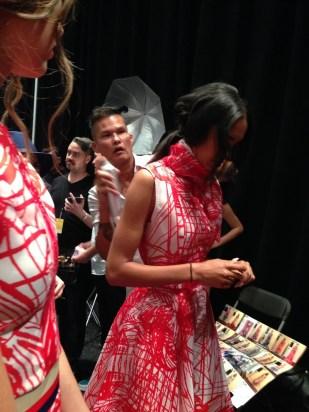 Jorge Luis persiguiendo a las modelos con su bote de spray.