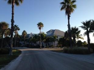 Vista de la calle que cruza el complejo.