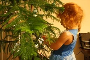 Cristina decorando el pinito.