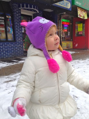 Y bueno, debo decir que con todo y frío, Cristina disfrutaba ver la nieve caer.