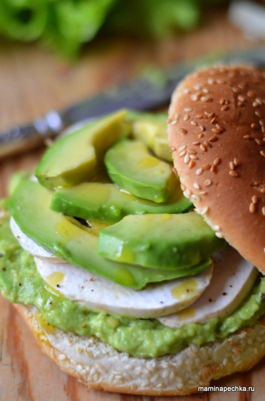Гамбургер с авокадо и сырыми шампиньонами