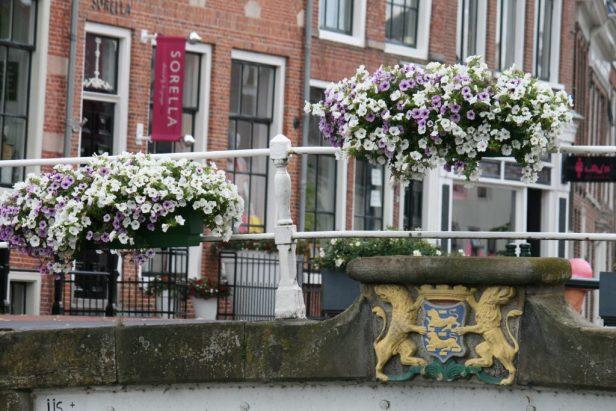 idyllische oude brug in Dokkum, fraai versierd met prachtige bloembakken.