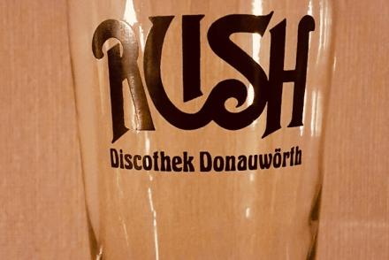 Getränkeglas mit Schriftzug der Dorfdisko