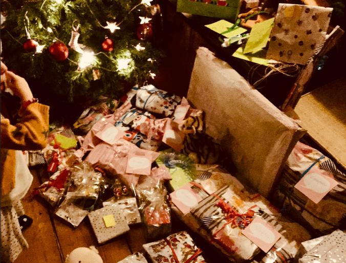 Erfüllter Weihnachtswunsch unter Christbaum. viele Geschenke für Kinder,