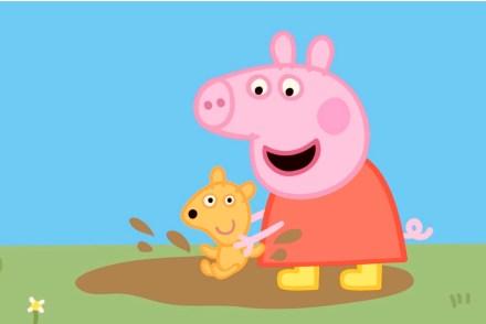 Peppa Wutz spielt in einer Pfütze mit ihrem Teddy. Alles ist schmutzig.