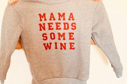 "Grauer Pullover mit dunkelroter Schrift ""mama needs some Win"
