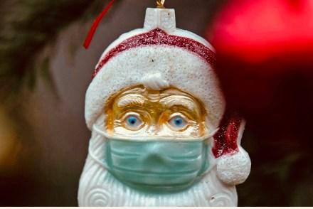 Nikolaus mit Schutzmaske als Zeichen für Corona-Weihnacht