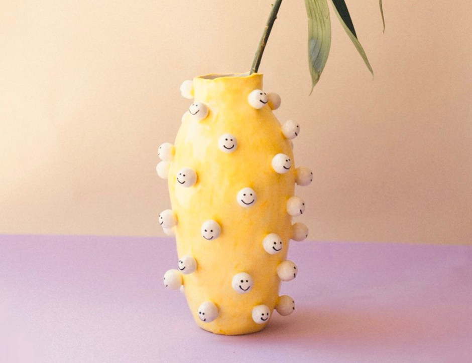 Gelbe Smiley-Kopf-Vase aus Keramik.