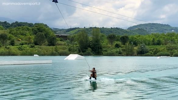 Bambina prova di Wakeboard Lago Hot Lake Cable Park a Manoppello di Pescara