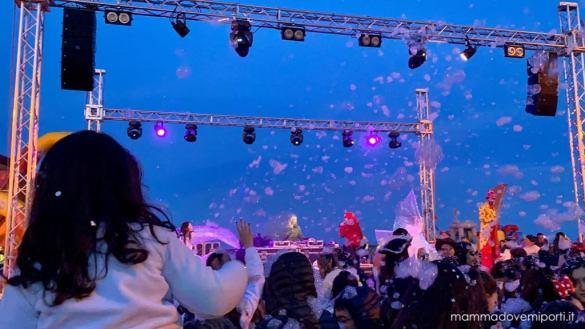 Carnevale Giuliese lancio della schiuma dal palco