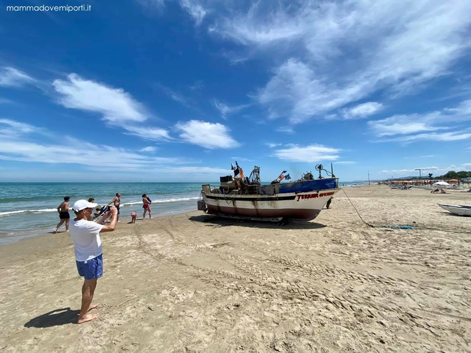 Mare in Abruzzo con bambini: Tortoreto imbarcazione con il pescato fresco