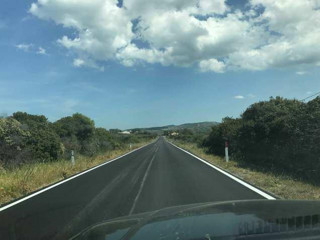 color asfalto nuovo con bianco e orizzonte