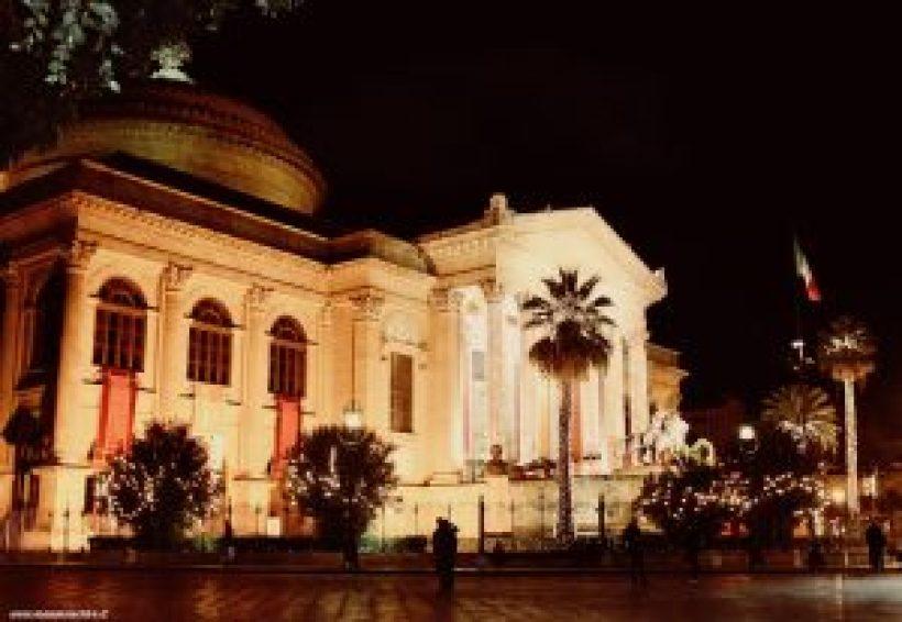 Vista laterale del Teatro Massimo