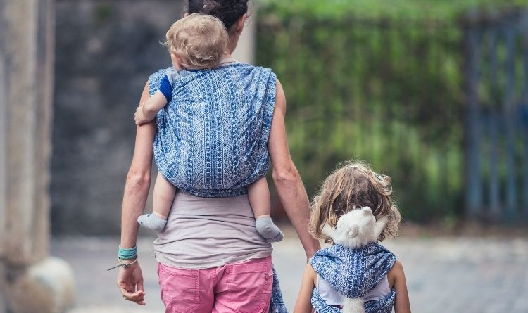 Fascia porta bebè: come sceglierla e come indossarla