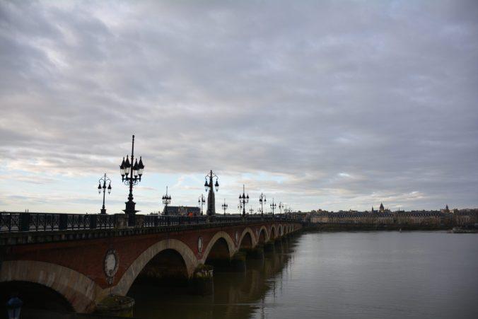 cosa fare a Bordeaux : passare per il centro pietra sulla Garonna
