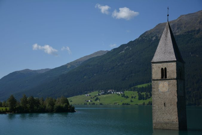 lago di resia con il campanile che emerge dalle acque