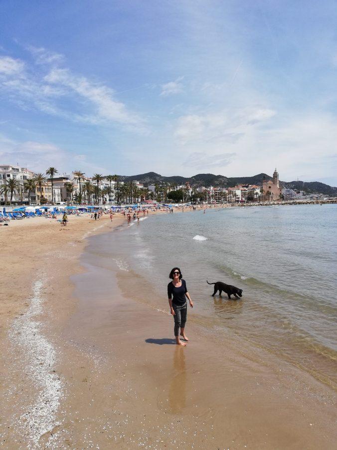 la spiaggia di sitges sulla costa del garraf