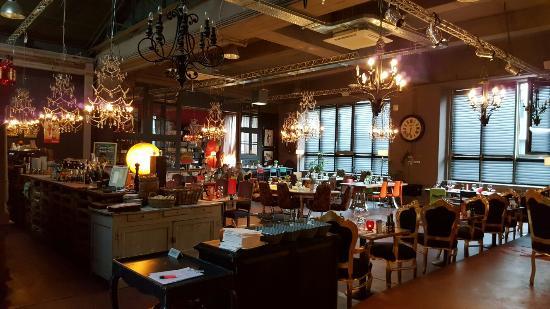 La Maison : ristoranti e negozi all'interno