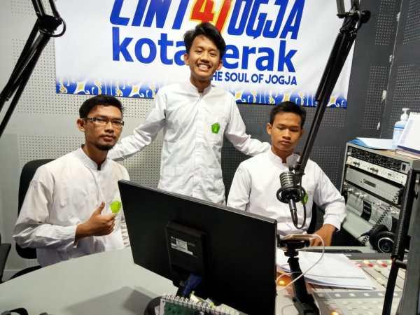 Siswa Mamsaka Siaran Radio di Kotaperak FM