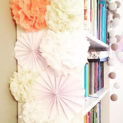 dekoracja regału - papierowe kwiaty