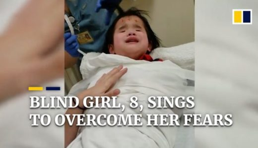 盲目の女の子(8歳)が治療の恐怖を克服するために力強く歌う