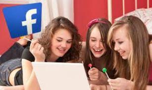 Teenage-using-facebook