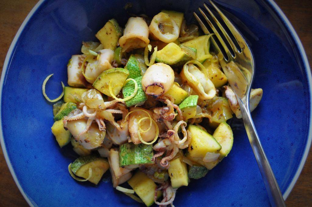 Καλαμαράκια με κολοκυθάκια στο πιάτο