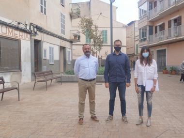Antoni Puerto, Miquel Oliver i Núria Hinojosa, a la plaça de s'Antigor.