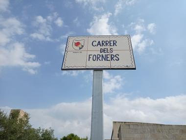 Els operaris de la brigada municipal han instal·lat divuit noves plaques a nou carrers