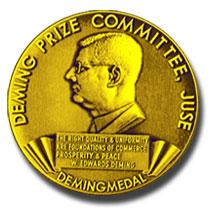 Medalla del premio Deming (Fuente: https://i0.wp.com/management.curiouscatblog.net/images/deming_prize.jpg)