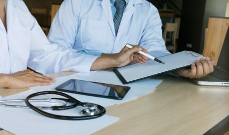 concept-reunion-equipe-reseau-technologie-medicale-medecin-main-telephone-intelligent-tablette-numerique-moderne-ordinateur-portable-graphique-gra