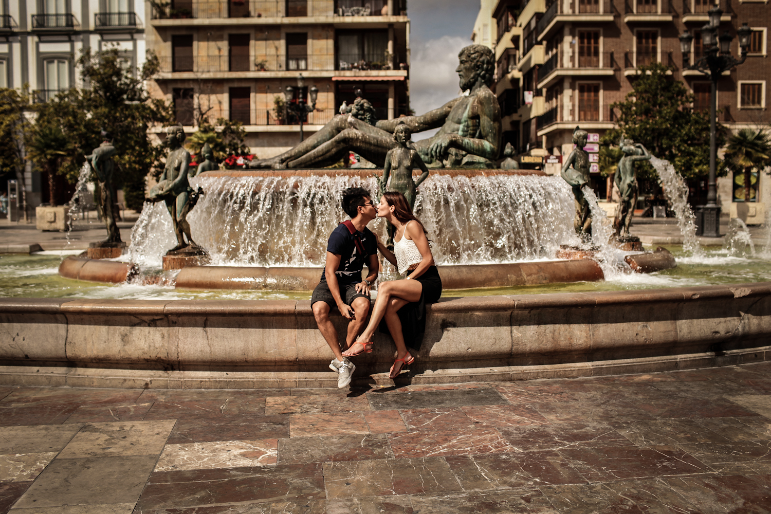 couple kissing in from of fountain in Valencia