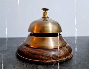 פעמון, חלק מהתפאורה של החדר.