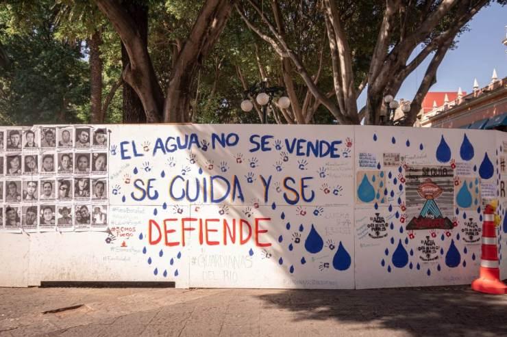 Las demandas contra bonafont por habitantes de santa maría zacatepec aparecieron en el muro del zócalo.